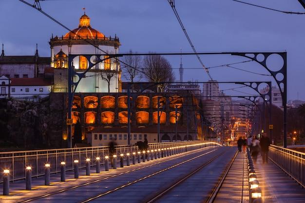 Ponte de dom luiz no porto à noite. tiro horizontal
