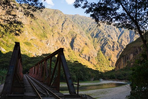 Ponte de ferro na ferrovia para machu picchu, peru