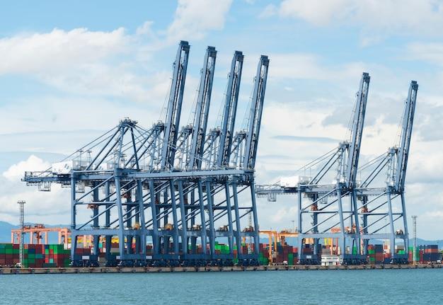 Ponte de guindaste no estaleiro na zona de exportação e importação logística