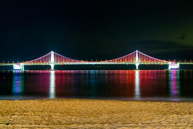 Ponte de gwangan com iluminação