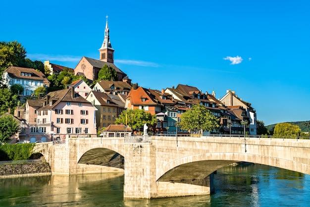 Ponte de laufen sobre o rio reno conectando as partes alemã e suíça de laufenburg