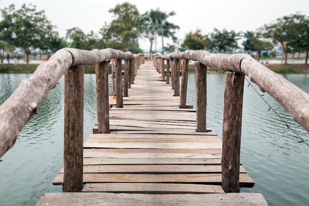 Ponte de madeira água cruzada