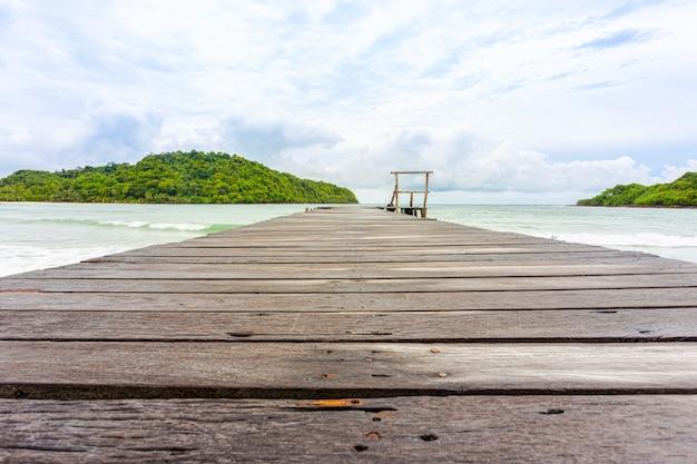 Ponte de madeira da praia