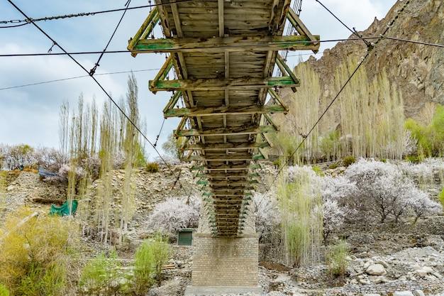 Ponte de madeira de turtuk com água que flui abaixo na vila de turtuk. leh ladakh, índia