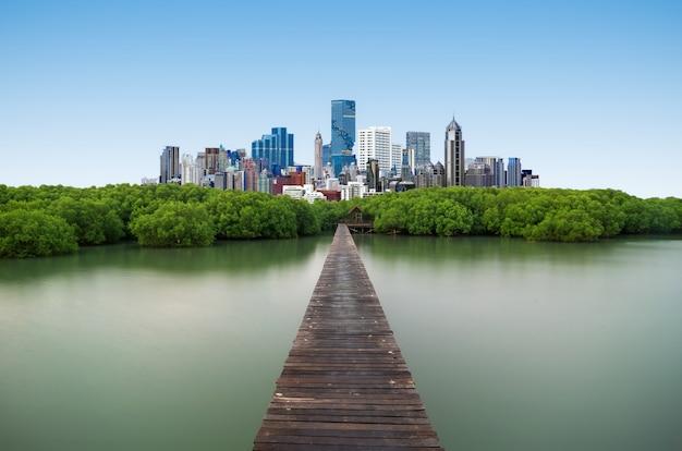 Ponte de madeira e cidade moderna