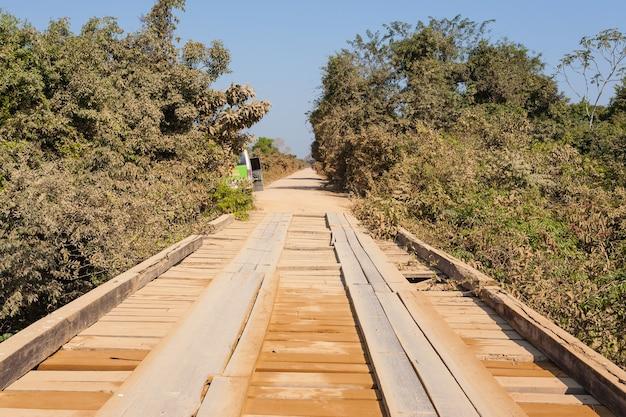 Ponte de madeira em perspectiva