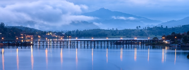 Ponte de madeira em sangkhlaburi, tailândia.