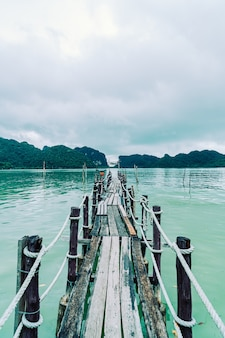 Ponte de madeira em talet bay em khanom, nakhon sri thammarat