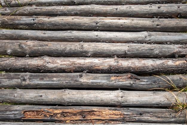 Ponte de madeira feita de troncos; textura de madeira. fundo abstrato, imagem de textura