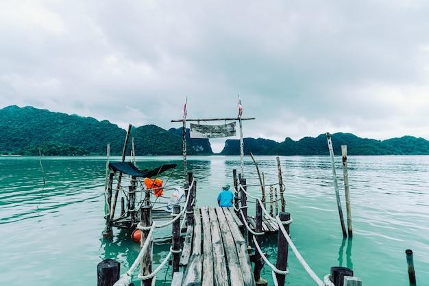 Ponte de madeira na baía de talet, em khanom, ponto turístico turístico de nakhon sri thammarat na tailândia