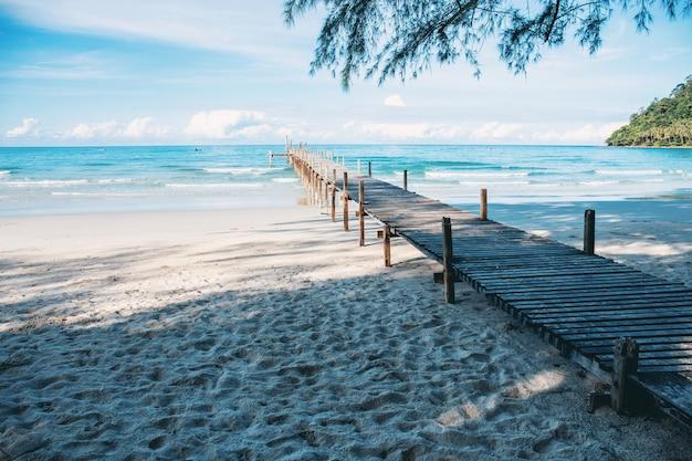 Ponte de madeira na praia.