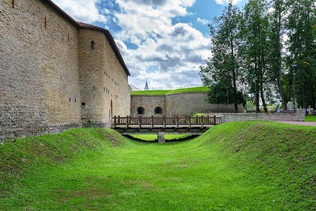 Ponte de madeira no fosso do castelo medieval em narva, estônia.