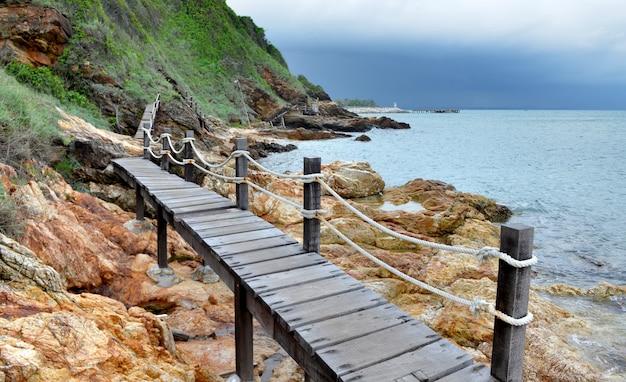 Ponte de madeira no lado do mar da montanha.