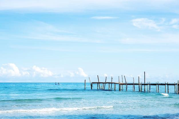 Ponte de madeira no mar.
