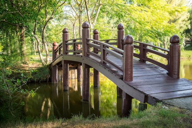 Ponte de madeira no parque público natural