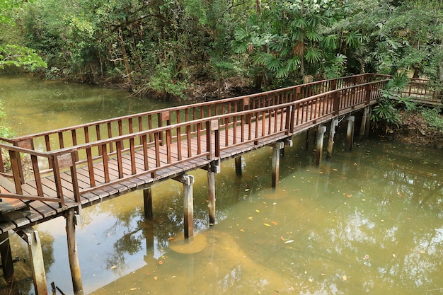 Ponte de madeira sobre o canal de uma pequena vila