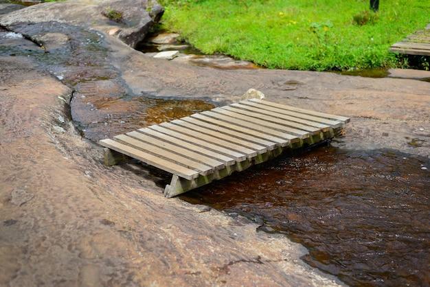 Ponte de madeira sobre o fluxo