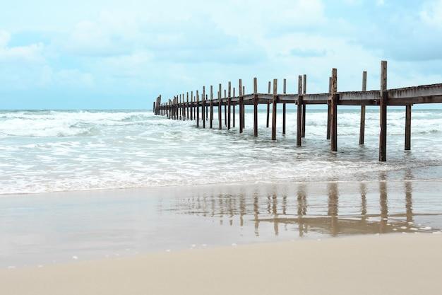 Ponte de madeira sobre o mar. viagens e férias. conceito de liberdade. ilha de kood na província de trad, tailandesa