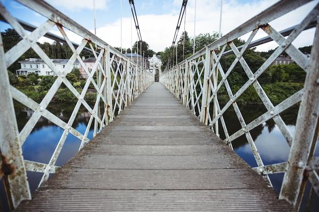 Ponte de madeira sobre o rio