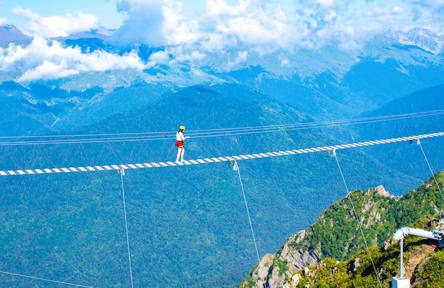 Ponte de madeira suspendida sobre o precipício. férias extremas.