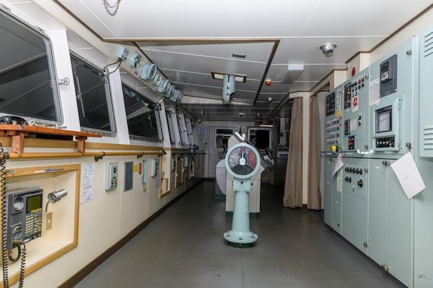 Ponte de navegação em grande navio de carga. casa do leme no navio.