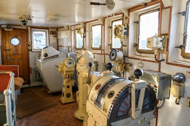 Ponte de navegação em navio abandonado