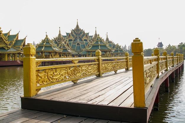Ponte de ouro no grande pavilhão na água na tailândia