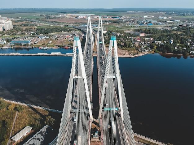 Ponte de parafuso aerialphoto sobre o rio neva. são petersburgo, rússia. flatley