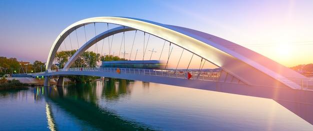 Ponte de passagem do bonde ao pôr do sol, lyon, frança.