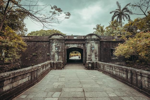 Ponte de pedra que leva ao portão de fort santiago.