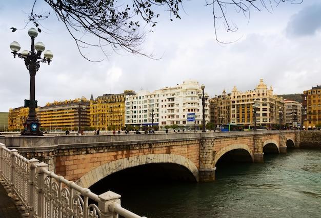 Ponte de santa catalina sobre o rio urumea. sant sebastian
