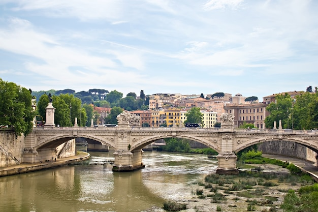 Ponte de santo ângelo e tibre, roma, itália