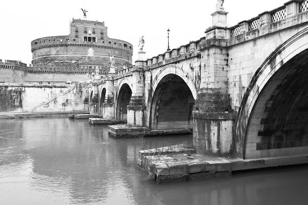 Ponte de santo anjo e o castelo do santo anjo (castel sant angelo) em roma. imagem em preto e branco