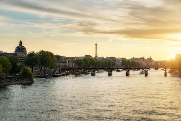 Ponte de seine river e de pont des arts no suset em paris, frança.