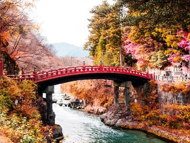 Ponte de shinkyo, ponte velha vermelha em nikko, japão