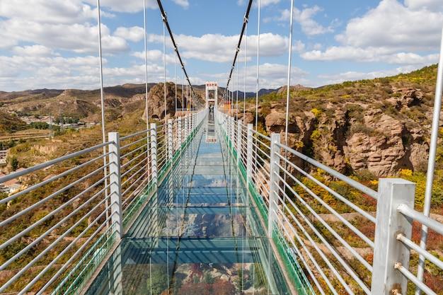 Ponte de suspensão de vidro nas montanhas, china