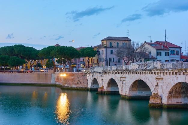 Ponte de tibério (ponte di tiberio) em rimini ao anoitecer, emilia-romagna, itália