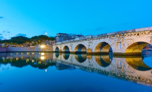 Ponte de tibério (ponte di tiberio) em rimini ao entardecer, emilia-romagna, itália