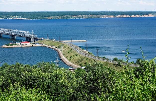 Ponte de transporte sobre o largo rio volga em ulyanovsk