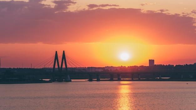 Ponte dedicada ao milênio da cidade de kazan ao nascer do sol.