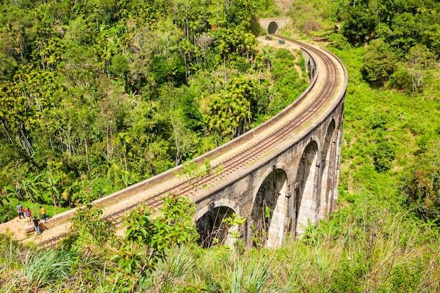 Ponte demodara de nove arcos