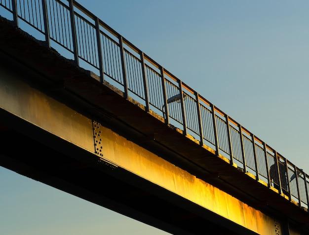 Ponte diagonal dramática durante o fundo do pôr do sol