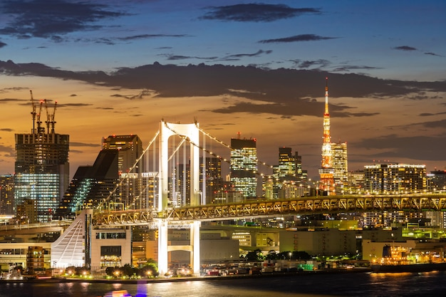 Ponte do arco-íris da torre de tóquio no japão
