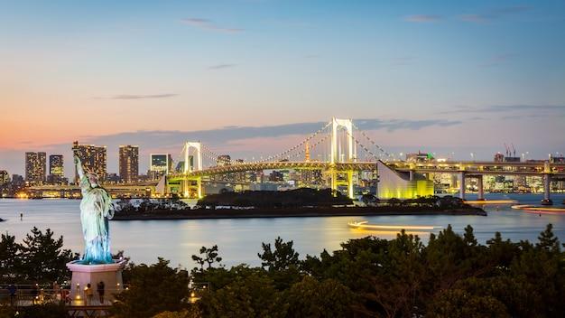 Ponte do arco-íris e baía de tóquio na cidade de odaiba