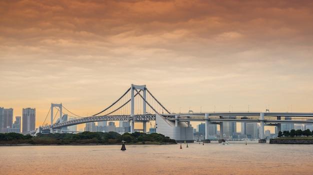 Ponte do arco-íris em odaiba, tóquio