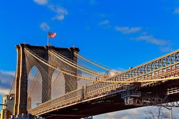 Ponte do brooklyn com céu azul nublado, nova york