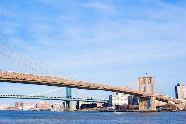 Ponte do brooklyn sobre o east river, vista da cidade de nova york