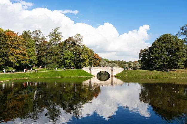 Ponte do lago no palace park, dia ensolarado de verão - rússia, gatchina, setembro de 2021