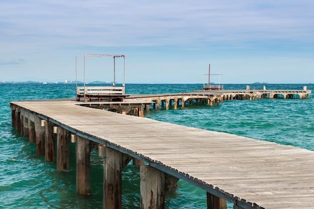 Ponte do mar de madeira longa.