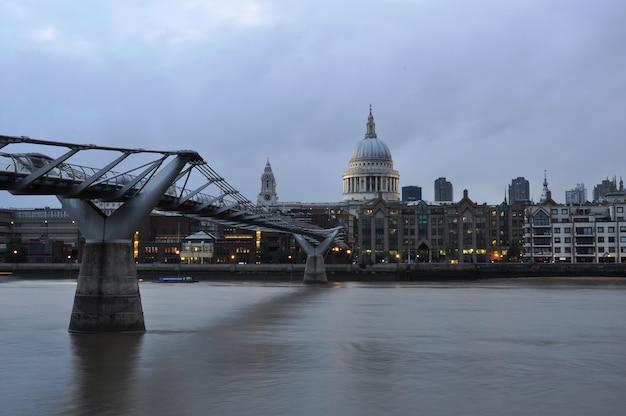 Ponte do milênio através do rio tamisa.